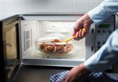 هل تسخين الطعام في الميكروويف ضار فعلاً؟