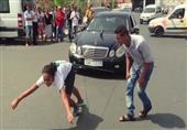 فتاة مغربية تسحب سيارة مرسيدس بشعرها