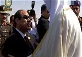 لحظة استقبال السيسي لأمير قطر فور وصوله لشرم الشيخ