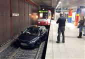 على طريقة لعبة GTA.. يقود سيارته داخل محطة المترو ! (صورة)