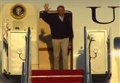 أوباما يكاد ينزلق أثناء نزوله من الطائرة