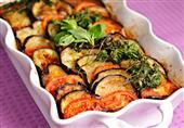 طبق اليوم: صينية الباذنجان بالكفتة من مطبخ منال العالم