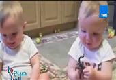 """طفلان توأم يحاولان تقليد """"عطسة """" والدهم بطريقة رائعة"""