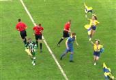 سقوط طريف للاعب قبل بداية المباراة