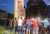 الأولتراس يلتقطون صورًا مع النصب التذكاري لضحايا الأهلي