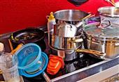 4 حيل منزلية لتنظيف أواني الطبخ من الدهون العنيدة