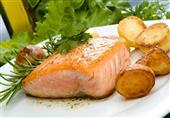 سلمون بالبطاطس: طبق اليوم من مطبخ منال العالم