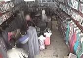 شاهد بالفيديو..كاميرات مراقبة تصور لص يسرق عباءة حريمي ويخفيها داخل جلبابه