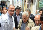 """بالصور- مواطنون بالإسكندرية يلتقطون """"سيلفى"""" مع رئيس الوزراء"""