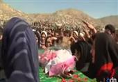 نشطاء حقوق المرأة في كابل يحملون نعش فرخندا في الجنازة