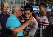 لاعبو الزمالك يصافحون حسن شحاتة قبل مباراة المقاولون