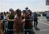 بالصور..الاعتداء على مواطن هتف ضد الرئيس في جنازة النائب العام.. ومتظاهرون :