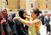 بالصور- طلاب الثانوية العامة بالإسكندرية يحتفلون أمام اللجان بانتهاء
