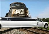 شاهد لحظة اصطدام قطار بسيارة ليموزين كرايسلر 300