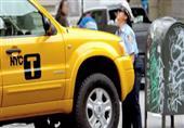 شرطية تقوم برفع سيارة أجرة عن الأرض بذراعيها دون عناء
