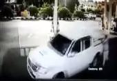 لحظة سرقة سيارة وتعلق مالكها بها من الخلف