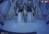 فيديو جديد يكشف مفاجأة في حادث ابتلاع سلم كهربائي لسيدة