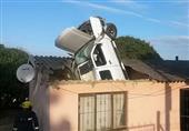 بالصور.. سيارة تقفز على سطح منزل في جنوب أفريقيا