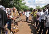 بالصور.. الآلاف يصطفون لمشاهدة رؤية دينية على جدار مرحاض في مالي