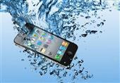 4 خطوات أساسية يجب القيام بها عند وقوع هاتفك في الماء