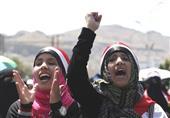 ممثلو جامعات مصر يرفعون العلم على ضفة قناة السويس معلنين رفضهم للإرهاب