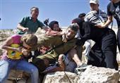 بالصور- فتاة فلسطينية تعض جندي إسرائيلي