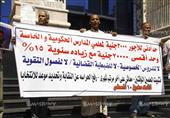بالصور – معلمون يتظاهرون للمطالبة بـ 3000 جنيه حد أدنى للأجور