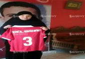 بالصور- والدة عبدالوهاب تتسلم قميص باسمه في ذكرى رحيله