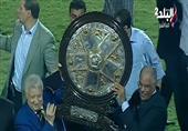 بالفيديو- مرتضى منصور يخالف عرف كرة القدم ويرفع الدرع قبل كابتن الزمالك