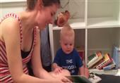 أطرف رد فعل لرضيع يعشق قصص الأطفال
