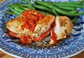 وصفة اليوم: صدور الدجاج بالجبن و الصلصة