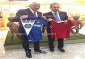 الشيخ يتبادل قميص الأهلي مع رئيس خيتافي