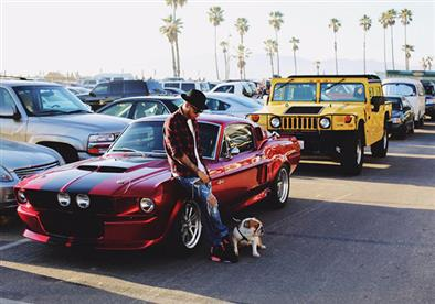 بالصور.. عشق لويس هاميلتون للسيارات يتخطى عالم فورمولا1