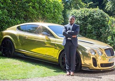 بالصور.. في 3 سنوات يتحول من عامل لصاحب شركة تأجير سيارات