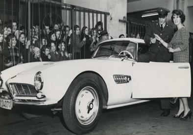 بالصور.. BMW تنجح في إعادة سيارة الأسطورة إلفيس بريسلي للحياة