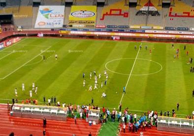 إحماء اللاعبين قبل مبارة نهائي الكأس بملعب برج العرب