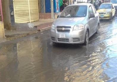 زحام مروري بشارع ثروت في الجيزة بسبب كسر ماسورة مياه
