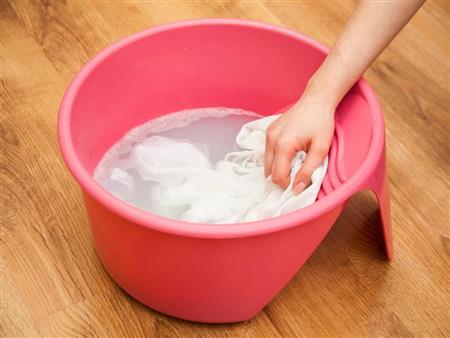 4 طرق سحرية بمكونات منزلية تجعل الغسيل أكثر بياضاً