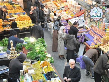 ما حكم ما يفعله بائعي الفاكهة حول كتابة سعر وعند الشراء يتضح بأن السعر أغلى؟