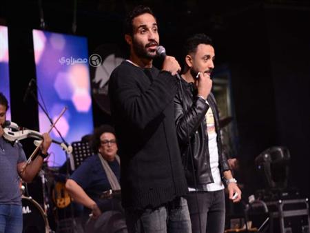 بالصور والفيديو ..أحمد فهمي يستمع لأغنيات مسلسله (ريح المدام) بساقية الصاوي