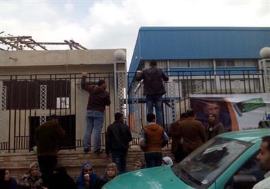 بالصور.. شباب كفر الشيخ يتسلقون أسوار الاستاد للحصول على وظائف