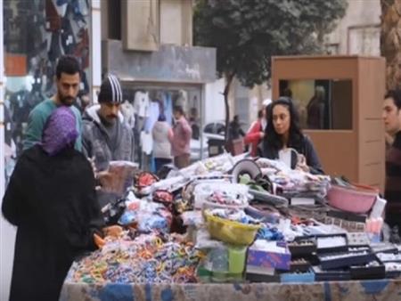 رد فعل المصريين على تاجر يبيع بضاعة إسرائيلية بأحد شوارع القاهرة