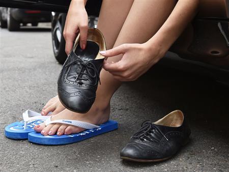 احذر القيادة بالشبشب أو بأقدام حافية أثناء السفر