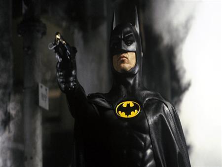 """بالصور.. """"باتمان"""" يظهر في أمريكا ويلقي القبض على لص"""