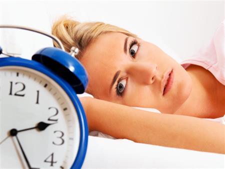 """""""الضوء الأزرق"""" سبب اضطرابات النوم.. فما هو؟"""