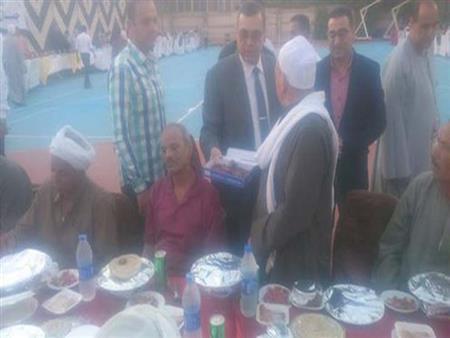 بالصور.. محافظ الفيوم يشارك عمال النظافة آخر مأدبة إفطار في رمضان