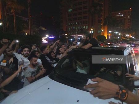 بالصور- الجمهور يعترض سيارة تامر حسني لمصافحته