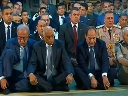 السيسي يؤدي صلاة العيد بمسجد محمد كريم في الإسكندرية (فيديو)