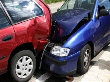إصابة سائقين وتهشم 3 سيارات في ثلاثة حوادث تصادم  بصلاح سالم