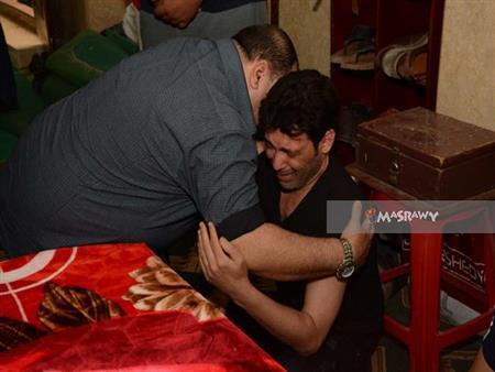 بالصور.. انهيار سعد الصغير في جنازة والدته